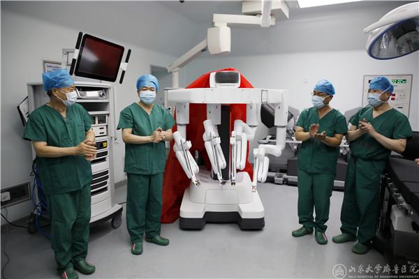 齐鲁医院举行达芬奇第四代Xi手术机器人开机仪式