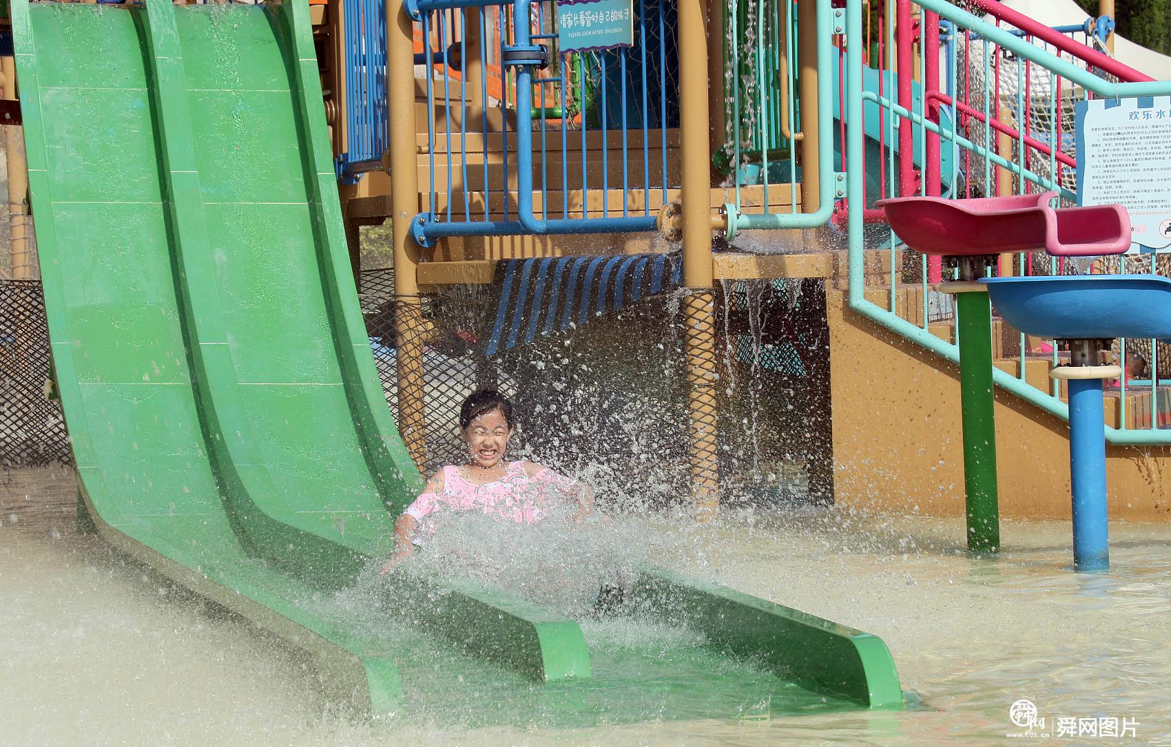 山东蓬莱:市民到水上乐园避暑纳凉