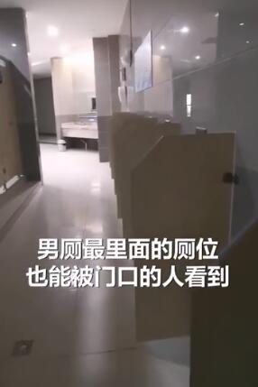 一览无余!重庆医院现观赏式厕所 男厕一排坑位都能从外面看到