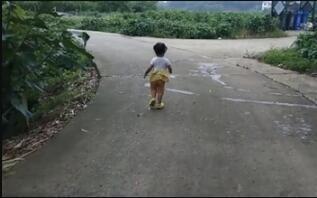 为救7岁白血病哥哥 3岁妹妹每天跟着家人跑步
