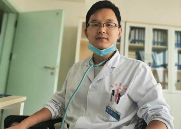 【救死扶伤白衣天使】奶爸医生为救人将孩子塞路人 网友:真棒!