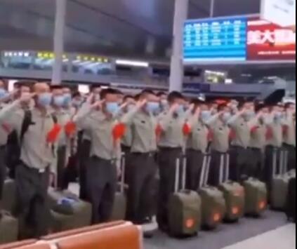 传承!新兵老兵火车站相遇互致军礼,这场景感动到落泪!