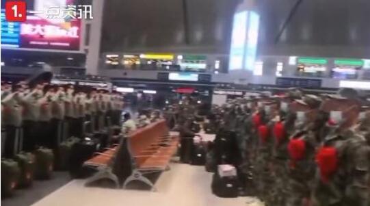 【最美相遇】新兵老兵火车站相遇互致军礼 相互鼓励场面感人