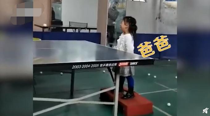可可爱爱!3岁女孩哭着打乒乓仍精准接到 网友:打球是本能,哭只是助兴