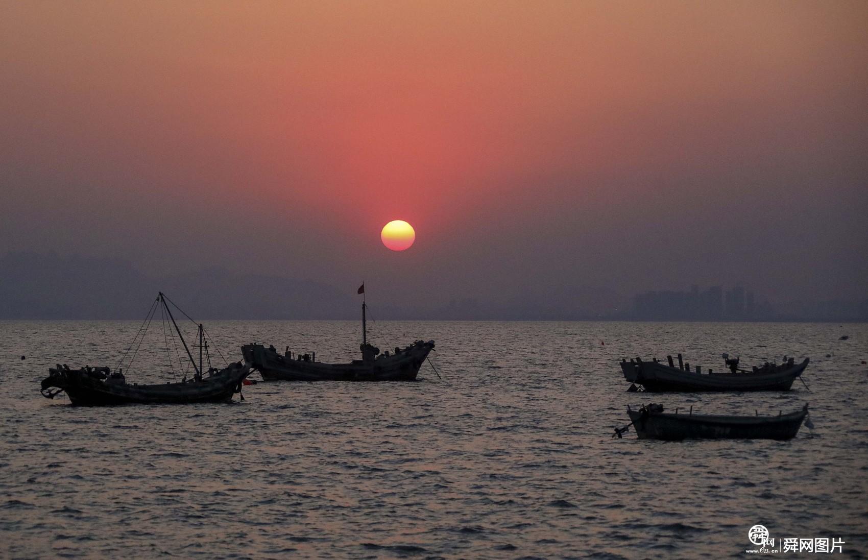 山东青岛:海滨迎来美丽夕阳