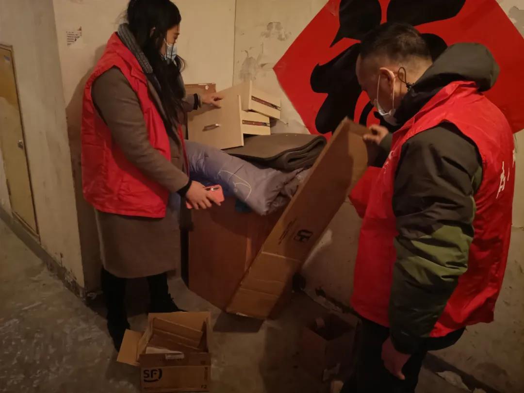 东风街道锦绣泉城社区:清理楼栋杂物 消除安全隐患