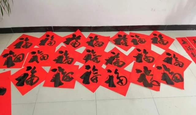 """东风街道文化站联合西周社区新时代文明实践站开展送""""春联""""活动"""
