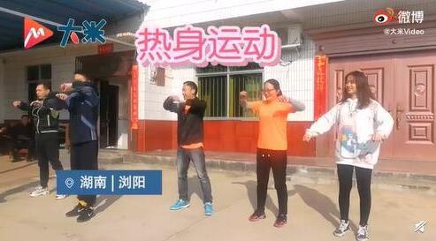 湖南18人大家庭全家上阵开运动会,奖励孩子手绘奖状
