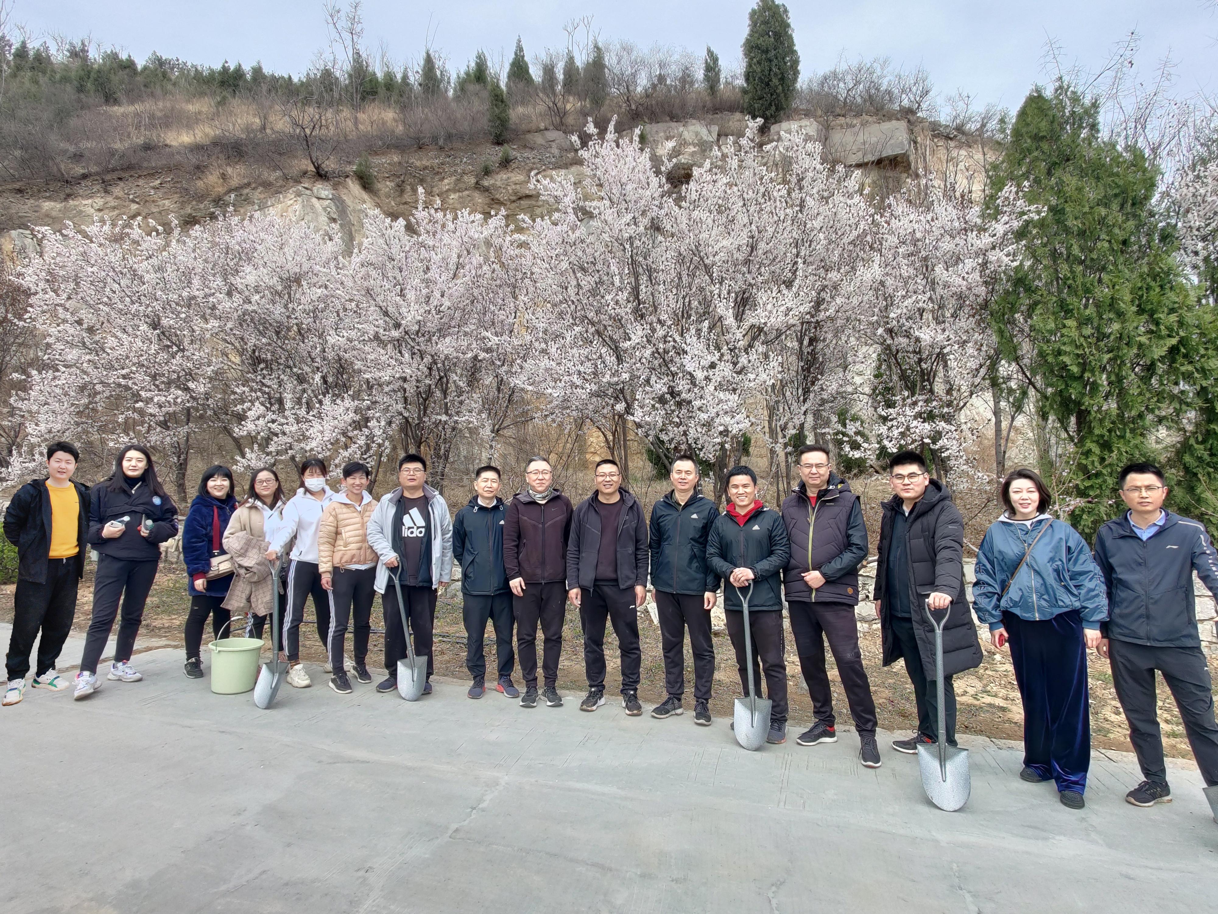 山东农银人寿团委联合机关党支部开展义务植树活动