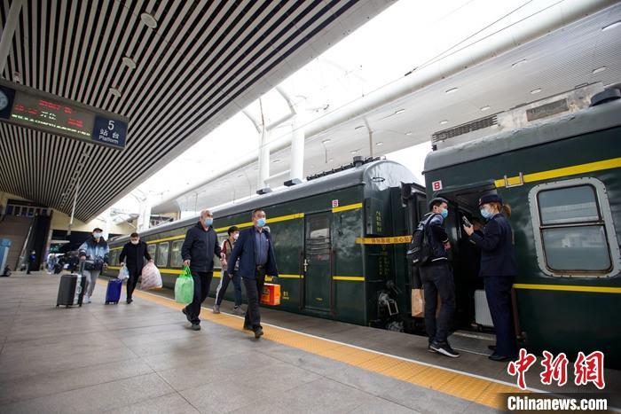 全國鐵路迎返程客流高峰 4月5日預計發送旅客1425萬人次