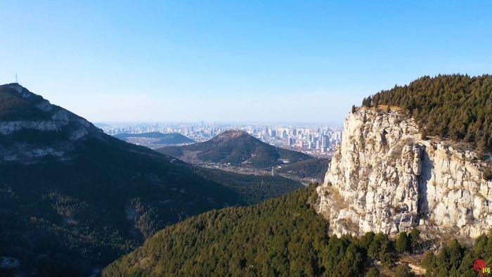 俯瞰佛慧山:悬崖峭壁蔚为壮观 山势峭拔风景如画