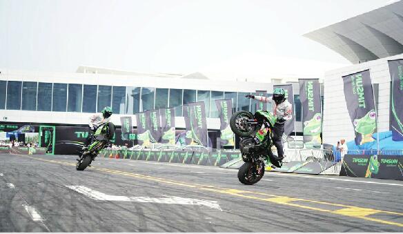 技巧花样百出,动作惊艳眼球 摩托车特技表演快来了