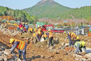 梧州法治网红色党旗引航向 园林工人有力量——记佛慧山景区生态恢复工程建设的园林绿化人