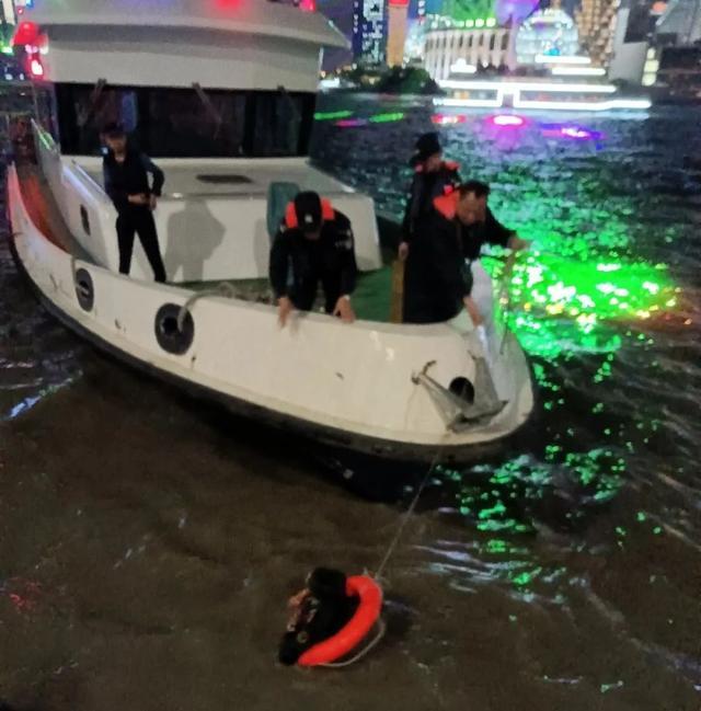外滩跳江救人的兵哥哥找到了,上海外滩游客落水武警跳水救人上热搜