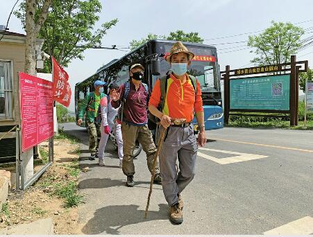 济南:开往海拔800余米的885路公交车 59站串起40余村