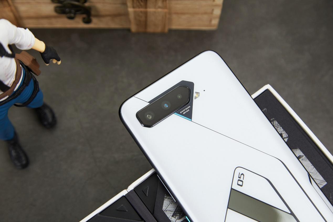 全球首发18GB RAM 腾讯ROG游戏手机5幻影预约开启