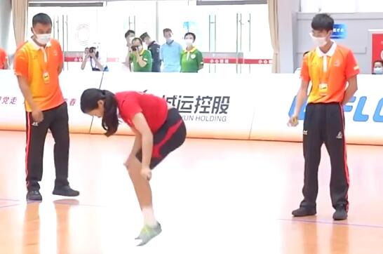1秒跳繩7.3次女孩說自己不算有天賦 無影腳,快到看不見繩……