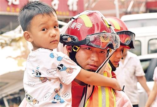 郑州抢险救灾一线见闻:风雨面前一起扛