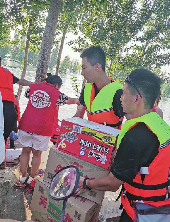 多名驻鲁高校大学生自发驰援河南奔赴救灾一线 为救助受灾群众 他曾36小时没睡觉