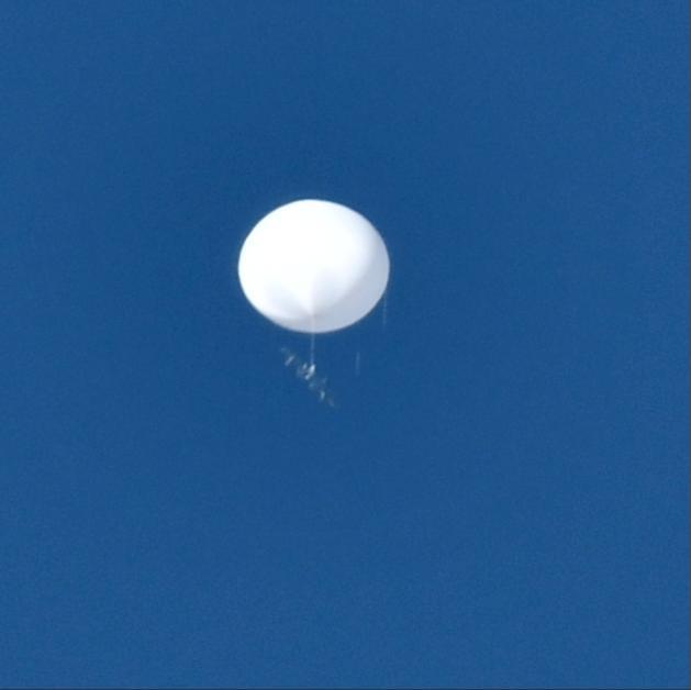 无法解释!❗️❗️日本上空再现神秘白球 下面似乎坠着某个物体