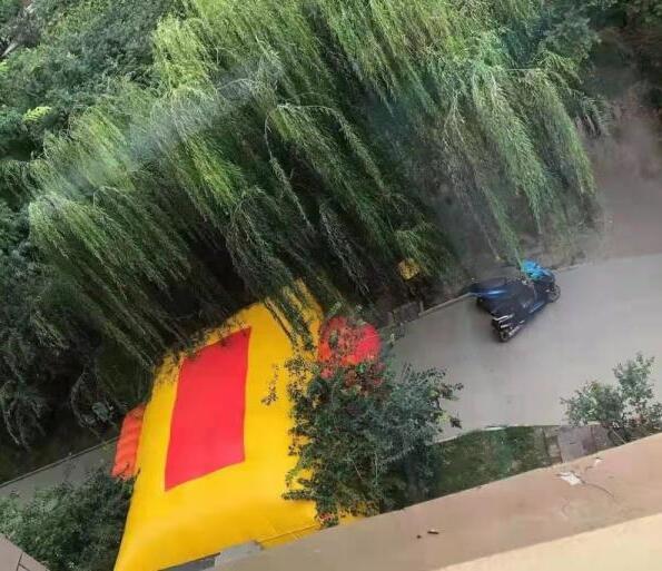 什么仇什么怨?男子将孩子从29楼扔下并捅伤妻子,男子站29楼阳台与警方对峙