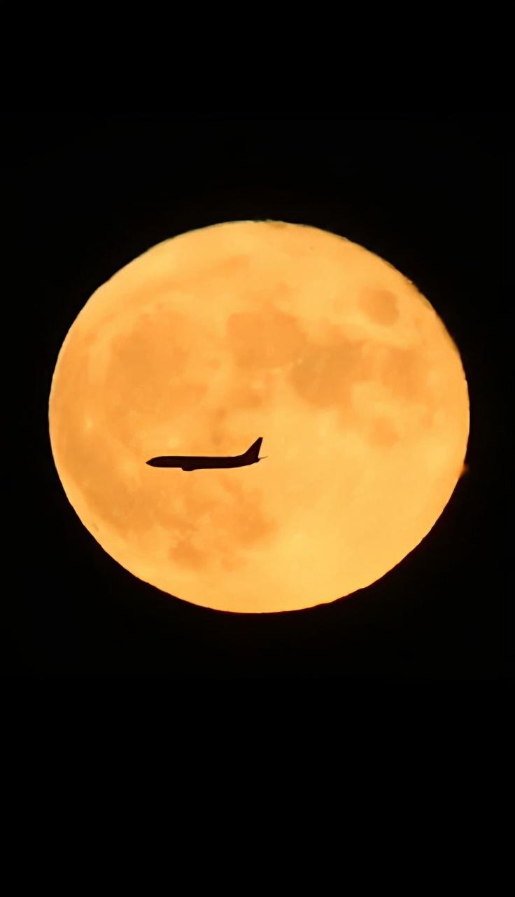 动人心魄!中秋月亮与飞机同框了