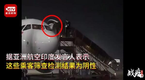 乘客打噴嚏飛行員翻窗逃走是什么情況?翻窗畫面令人哭笑不得