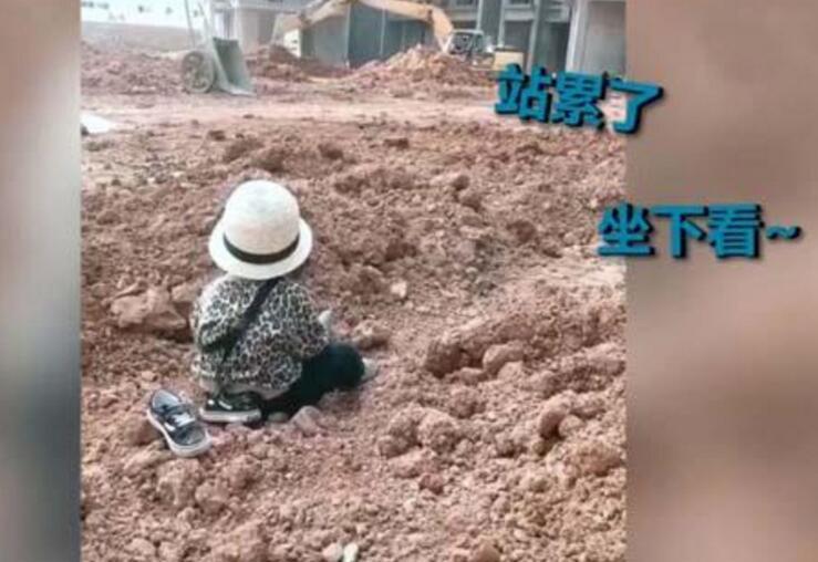 笑cry!萌娃自带小板凳监工挖掘机 发现挖掘机便看得入了神