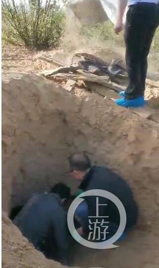 令人气愤!男子将瘫痪母亲活埋进废弃墓坑 称将其送往亲戚家
