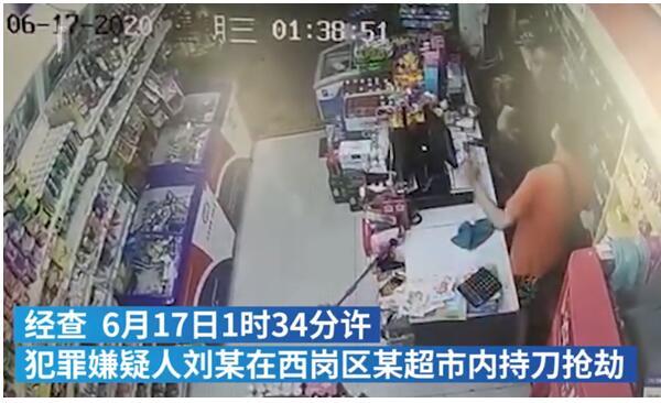 没有一丝犹豫!6瓶酒砸倒抢劫男子系正当防卫 便利店老板搏斗持刀男