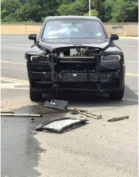 【警方通报来了】面包车撞劳斯莱斯全责 50万三责险杯水车薪