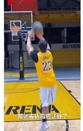 26岁独腿小伙打篮球投三分超准小时意外失去右腿,父母鼓励下选择坚强
