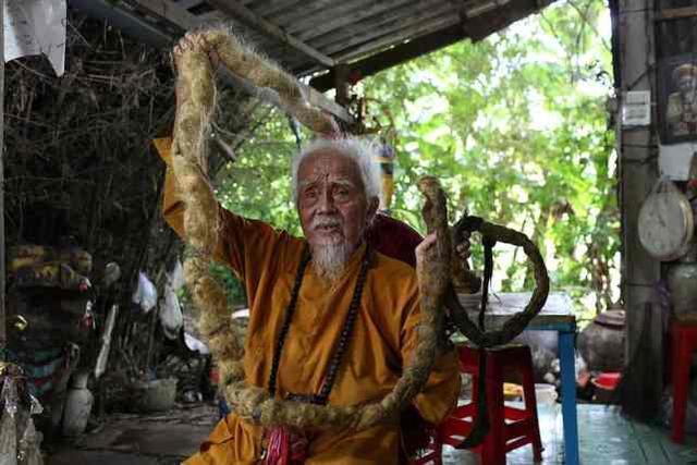 """越南92岁大爷80年未剪头发  网友:""""那为什么要剪指甲?"""""""