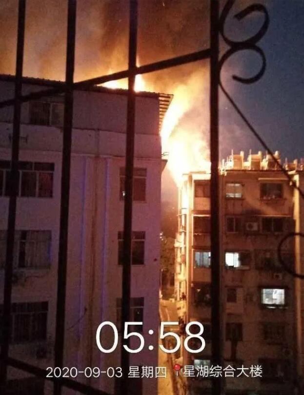 南宁一小区楼顶烧成火海 目前火灾原因正在调查