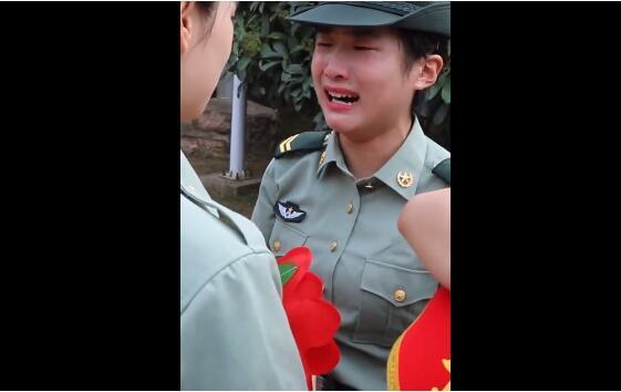 【感动瞬间】00后女枪王退伍时哭成泪人 女狙击枪王沈梦可光荣退伍