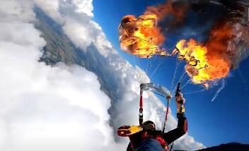 """跳伞男子7000英尺高空点燃降落伞  网友:""""不怕死的家伙"""""""