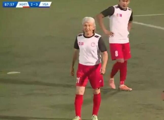 老当益壮!蒙古联赛54岁白发球员登场 Oyunbileg退役24年重新回赛场