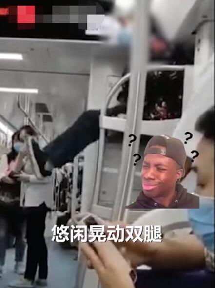 老太爬上地铁车厢行李架上蹭坐 网友:动车上的行李架是随便放的吗?