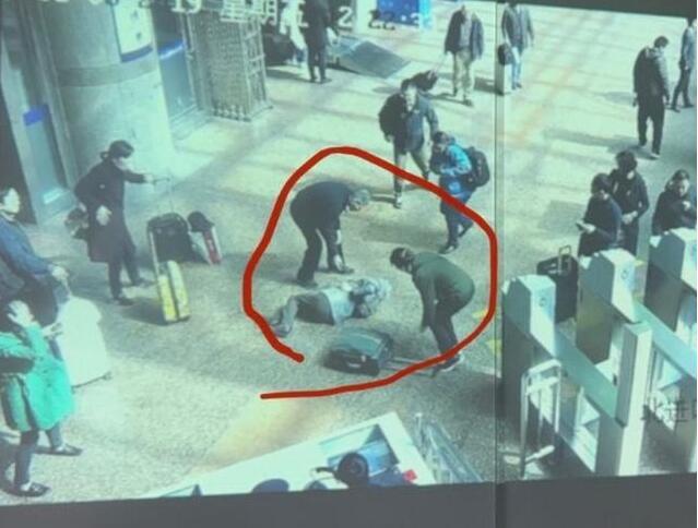 啥情况?被行李箱绊倒去世家属索赔被驳回,驳回原因是什么?