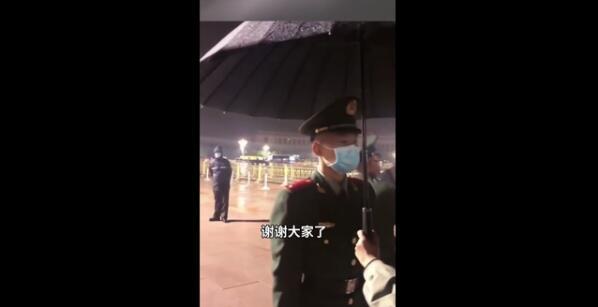游客為雨中執勤哨兵撐傘 被這一幕暖到