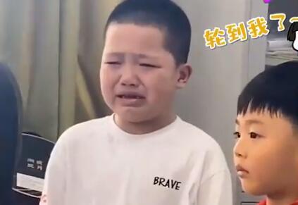 影帝级演技!男孩上一秒偷笑下一秒哭出声 网友:求郭敬明给张S卡